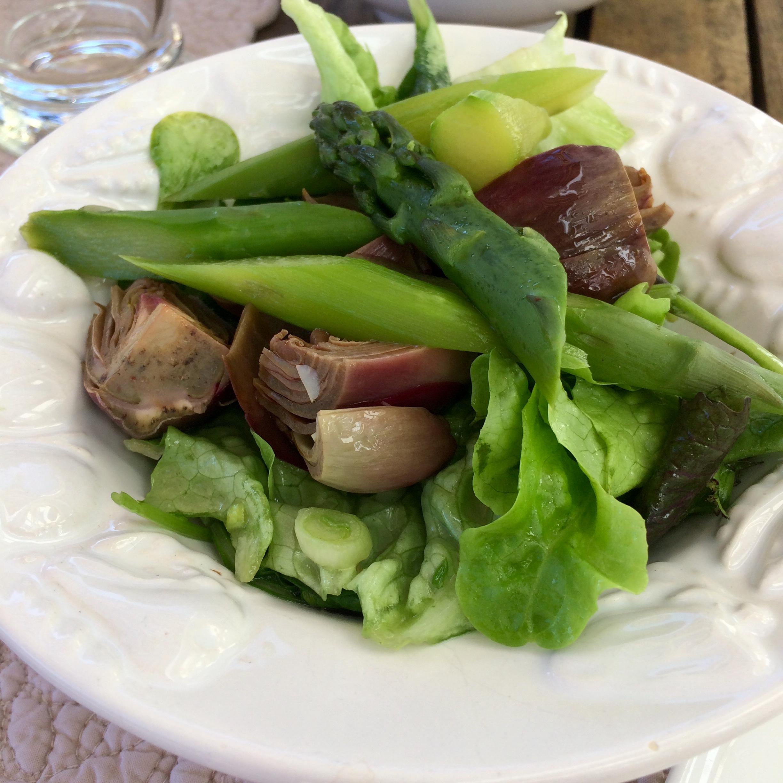 Artischocken mit Spargel und Salat